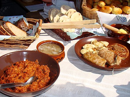 Selection of hearty traditional comfort food from Poland including bigos, cabbage rolls, zurek, pierogi, oscypek and specialty breads 07425 Jahrmarkt in Sanok am 17 Juli 2011.jpg