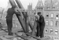 1947 wohl Franz Nitschke Foto 3 Zimmerer beim Dachstuhl-Bau an der Marktkirche gegenüber dem Hanns-Lilje-Platz in Hannover.png