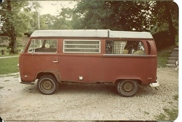 https://upload.wikimedia.org/wikipedia/commons/thumb/b/b4/1971_volkswagen_campermobile_driver_side.jpg/640px-1971_volkswagen_campermobile_driver_side.jpg