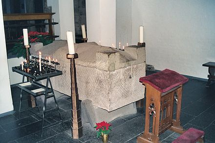 Roman sarcophagus containing the relics of Albertus Magnus in the crypt of St. Andrew's Church, Cologne, Germany 2004 Koln Sarkophag Albertus Magnus.JPG