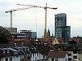 2018-09-06, Baukräne für die Freiburger Volksbank, rechts der Bahnhofsturm, links daneben die Herz-Jesu-Kirche.jpg