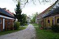 8975viki Pałac w Domanicach - zabudowania przy bramie wjazdowej. Foto Barbara Maliszewska.jpg
