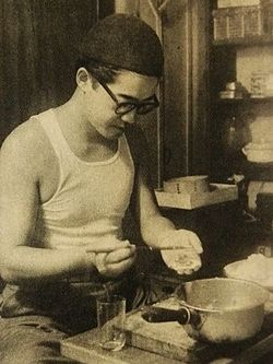 Abe Kobo cooks jiaozi.JPG