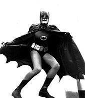 Image en noir et blanc de Batman en pied dans la série télévisée de 1966.