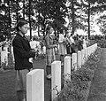 Airborne-herdenking in Oosterbeek. Kinderen met bloemen, Bestanddeelnr 905-3111.jpg