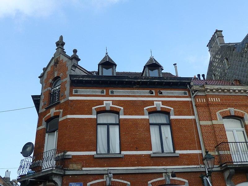 Une des maisons bordant la Place de la Résistance, N°1A, au nord-ouest. Notez la symétrie avec le N°5. Style Renaissance flamande (fin 19e s.).