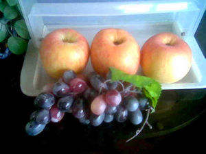 English: apples and grapes