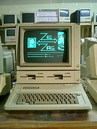 Apple II series - An Apple IIe with DuoDisk and Monitor //.