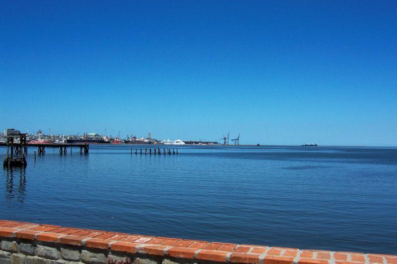 File:Bahía Montevideo.jpg