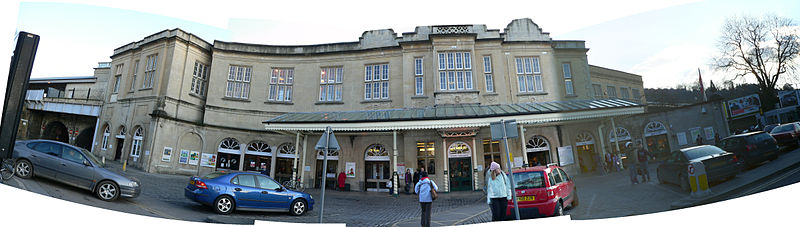 Bestand:Bath Spa railway station -                           forecourt 10.jpg