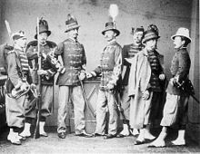 Fotografie alb-negru a șase membri uniformi ai Legiunii belgiene.