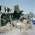 Bersjeba Markttafreel gestapelde kisten met landbouwproducten met daartussen m, Bestanddeelnr 255-9238.jpg