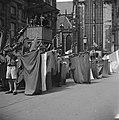 Bevrijding. Jeugddemonstratie op de Dam te Amsterdam. Vaandelgroet, Bestanddeelnr 900-3077.jpg