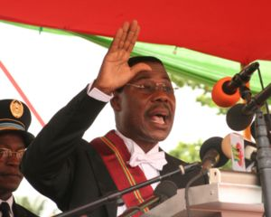 Thomas Yayi Boni taking the oath of office as ...