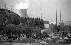Niederaichbach mit den Blöcken des benachbarten Kernkraftwerk Isar