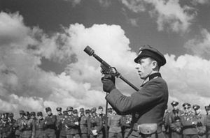 Sturmpistole - A Sturmpistole being demonstrated to German troops, Russia (June 1943)