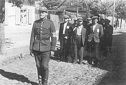 Bundesarchiv Bild 183-B10160, Wilna, Juden, litauischer Polizist (freigestelltes Bild).jpg
