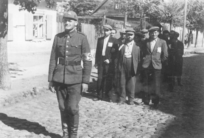 Bundesarchiv Bild 183-B10160, Wilna, Juden, litauischer Polizist (freigestelltes Bild)