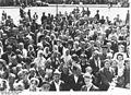 Bundesarchiv Bild 183-J10842, Gruppe von Ostarbeitern vor Fahrt nach Deutschland.jpg