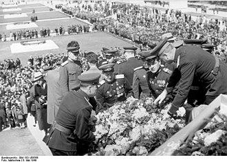 Soviet War Memorial (Treptower Park) - Image: Bundesarchiv Bild 183 V08566, Berlin Treptow, Einweihung sowjetisches Ehrenmal