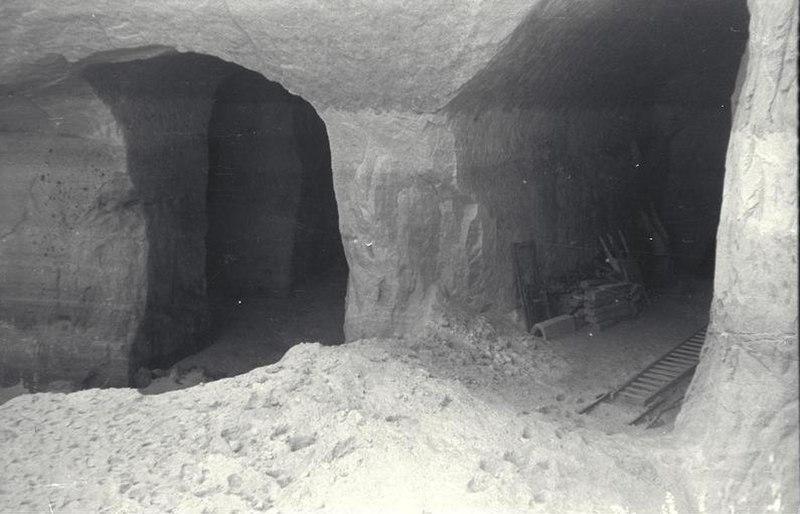 Bundesarchiv Bild 192-005, KZ Mauthausen, Stolleneingänge