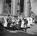 Burgers en Rode Kruis personeel uiten hun vreugde, Bestanddeelnr 900-2480.jpg