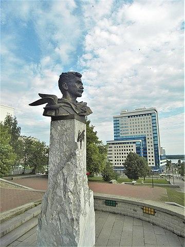 Молодой Грин. Бюст на набережной Грина в г. Кирове