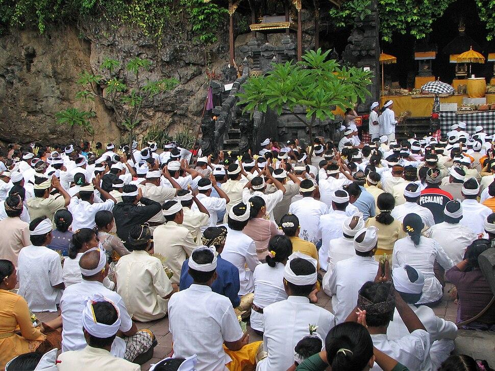 Cérémonie au temple de Goa Lawah