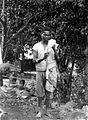 COLLECTIE TROPENMUSEUM Boeroenese man maakt met behulp van een haspel een draad van kapok Boeroe TMnr 10014488.jpg