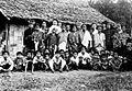 COLLECTIE TROPENMUSEUM Een groepsportret van de bewoners van het dorp Mappoe TMnr 10005907.jpg