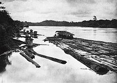 COLLECTIE TROPENMUSEUM Houtvlot met verblijfplaats voor de bemanning op de Barito-rivier TMnr 60018691.jpg
