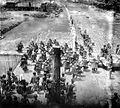 COLLECTIE TROPENMUSEUM Op een burgerschapsfeest op Nias vertrekken mensen in feesttenue vanaf de woningen van de Siulu's naar de verzamelplaats TMnr 10003383.jpg