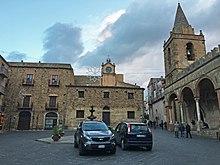 Piazza Margherita, al centro di Castelbuono. Sulla destra la matrice vecchia