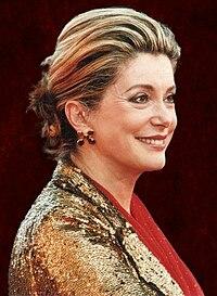 Catherine Deneuve en Cannes en el año 2000 con 57 años.