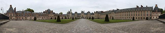 Château de Fontainebleau - pano façade.jpg
