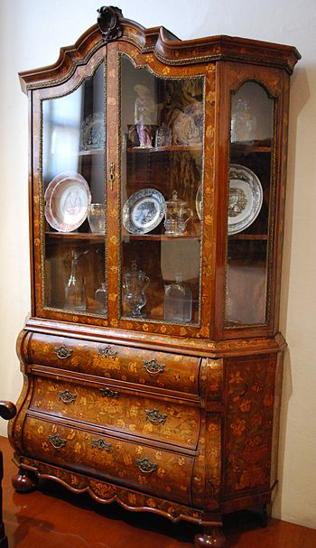 English: China cabinet from the early 20th cen...