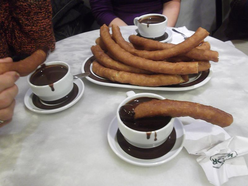 Buen dia de Domingo amigos-http://upload.wikimedia.org/wikipedia/commons/thumb/b/b4/Chocolater%C3%ADa_Valor_Zaragoza_-_Chocolate_con_churros.jpg/800px-Chocolater%C3%ADa_Valor_Zaragoza_-_Chocolate_con_churros.jpg