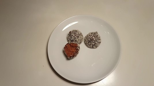 File:Chokladbollar som delas.webm