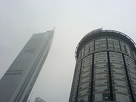 Links het Chongqing World Trade Center