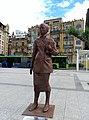 Clara Campoamor-en omenezko eskultura Vinuesa Plazan.jpg