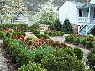 Craik-Patton House - Image: Craik Patton Garden Apr 09