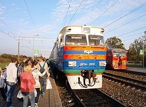 Железнодорожный транспорт в России Википедия Белорусский дизель поезд ДР1А на пограничной российской станции Красное Сзади российский электропоезд ЭМ9
