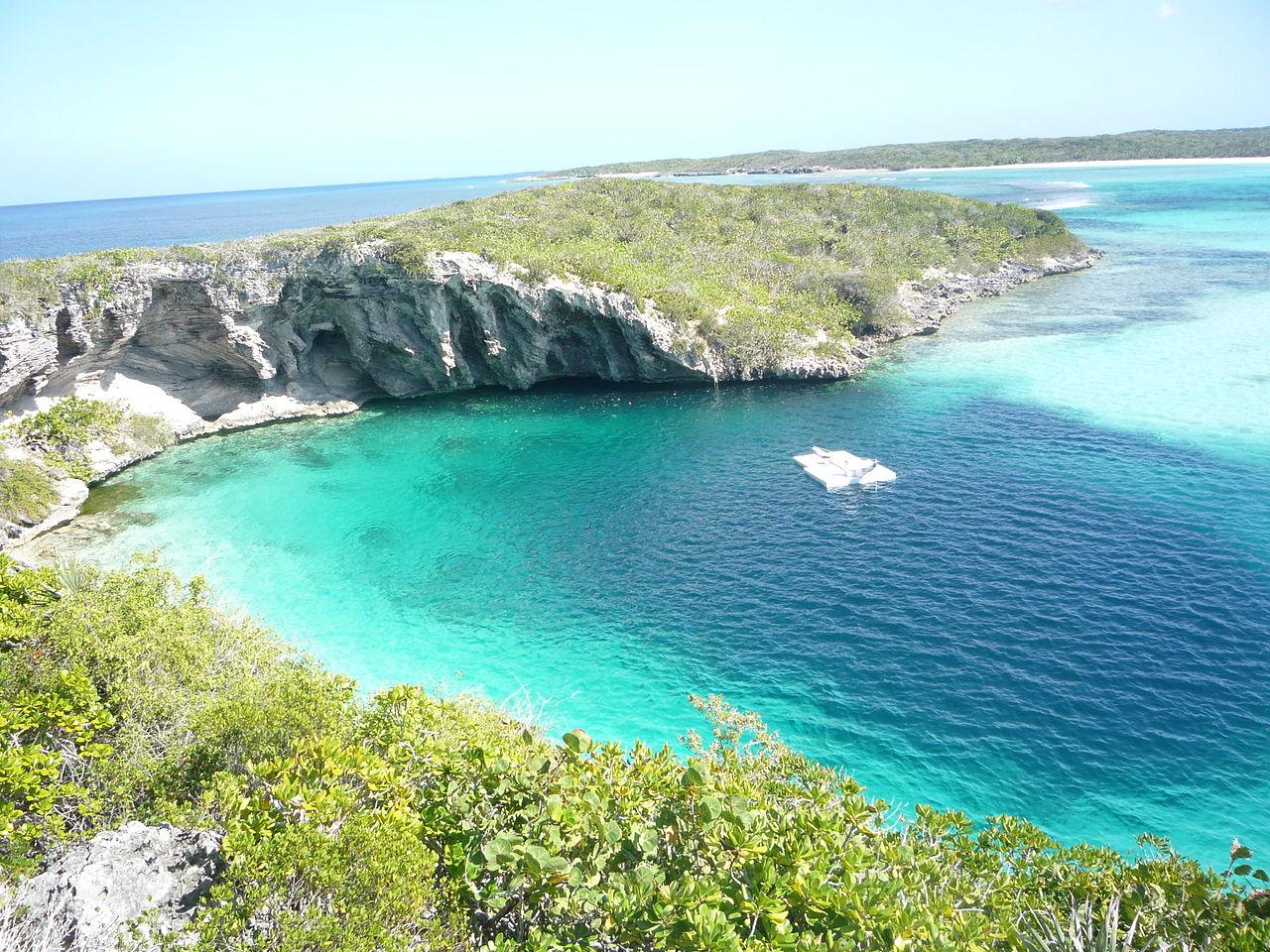 Lubang Biru Dean di Kota Clarence di Long Island, Bahama.
