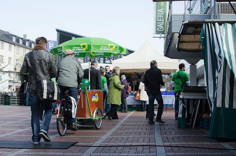 File:Der Grüne mobile Infostand.jpg