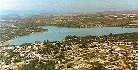Vista aérea de Lagoa Santa, destacando a lagoa e centro da cidade.