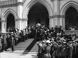 Liberal Government of New Zealand - Governor Lord Plunkett declaring New Zealand a dominion on the steps of parliament in 1907
