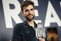 Duncan Laurence with the 2019 Eurovision Trophy.jpg