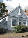 foto van Houten huis. Voorschot in puntvorm; goede pui