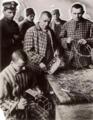 Dwangarbeid. Dwangarbeider-kolonie in het tuchthuis Torga Olna te Moldau, Roemenië 1933 mandenvlechten.png