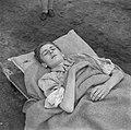 Een ziek op een brancard, Bestanddeelnr 900-5043.jpg